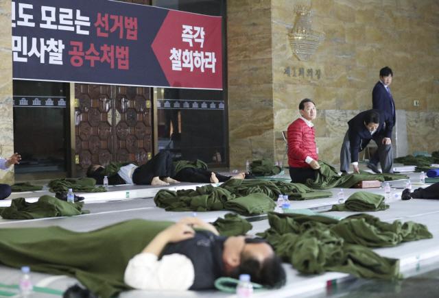 """[여의도 만화경]한국당, 장외투쟁 총동원령 내렸지만...""""농번기라 힘든데"""""""