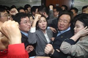 초유의 '창틈 기자회견' 봉쇄·신고...국회, 패스스트랙 대혼돈