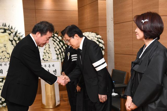 이낙연 총리, 빙부상 황교안 한국당 대표 조문