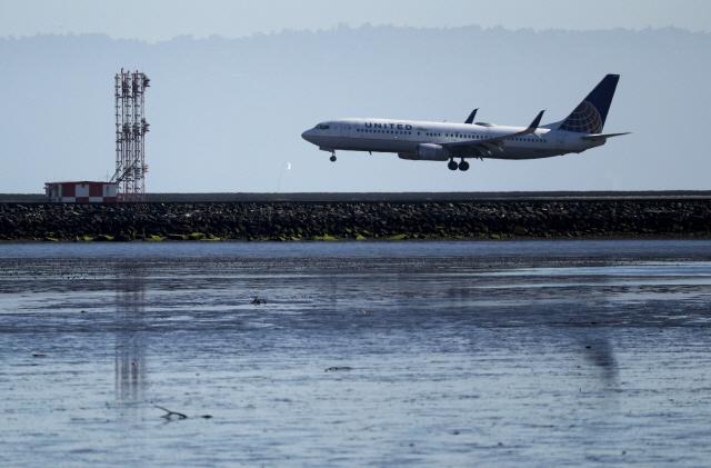 보잉 CEO '737맥스 추락 조종사 잘못도 있다…사임의사 없어'