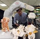 [로봇이 간다] '정밀한 로봇팔' 미세한 신경·혈관 틈서 환부 정확히 포착…의료사고·수술시간 줄여