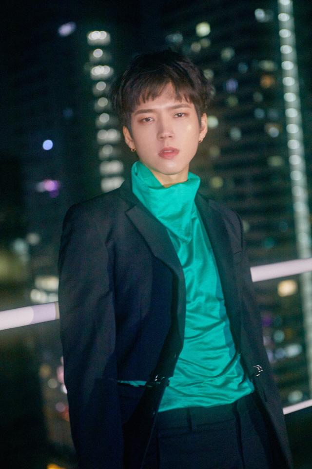 인피니트 남우현, 변신 통했다…'Hold On Me' 차트 1위 기염