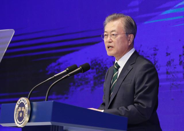 文 '우리경제 성공으로 가는 중'...한국당 '소주성 폐기가 답'