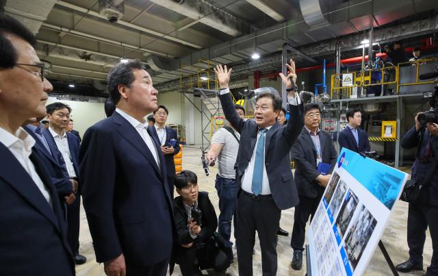 환경기업 찾아간 이낙연 총리 '기업인도 '추경 빨리' 하소연'