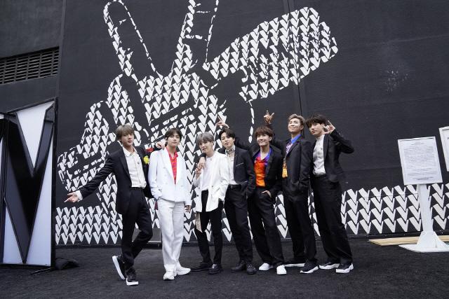 방탄소년단, 美 NBC '더 보이스' 파이널서 축하 공연..글로벌 스타스타 위엄