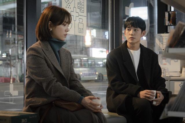 '봄밤' 정해인, 재치 발랄 연하남→따뜻 강직 약사 '변신 성공'