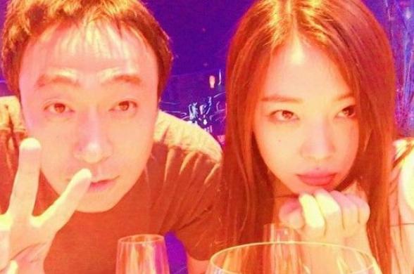 '지난날 성민씨랑' 이어 이번엔 '아잉 오빠'…설리X유아인 '초밀착 포즈' 눈길(종합)