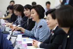 """박영선, """"여성기업인 화끈하게 돕겠다""""…여성전용 벤처펀드 확대 눈길"""