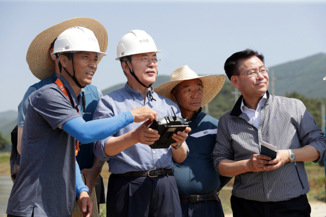 모내기 현장 찾은 文 '쌀값 올려...농업정책은 칭찬해달라'