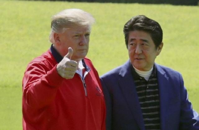 '5번째 골프 외교' 트럼프-아베…스모 관람 뒤 '로바다야키' 만찬(종합)