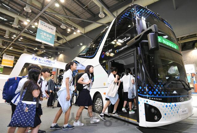 2층 전기버스 탑승하는 학생들
