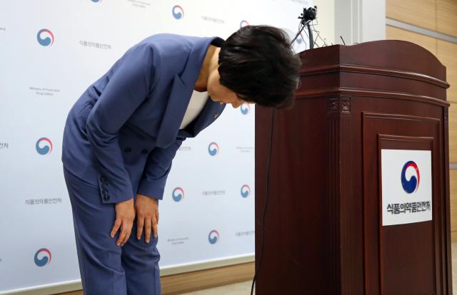 인보사 사태 고개숙인 식약처장 '코오롱과 환자피해 보상 협의'