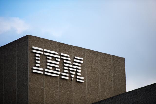 IBM, ë¬ìì 기ìê³¼ ë¸ë¡ì²´ì¸ ìë¬¸ê° ìì±íë¤