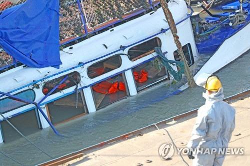 헝가리 유람선 인양과정서 실종자 시신 총 3구 수습, 계속 수색중