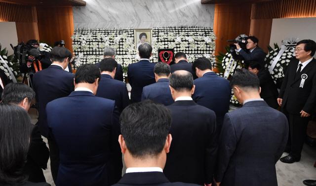 '고난 이기고 민주주의 이끌어온 거인'