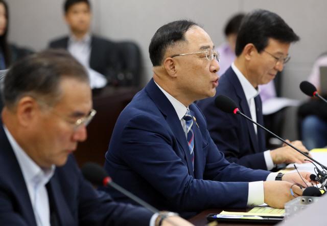 한은 총재 금리인하 시사에 홍남기 '완화적 기조 접근' 평가