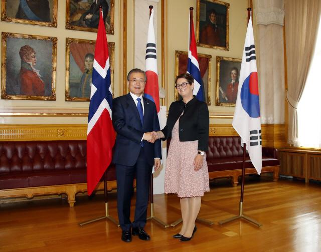 文대통령 지지율 48%...민주 40% 유지·한국 30% 회복