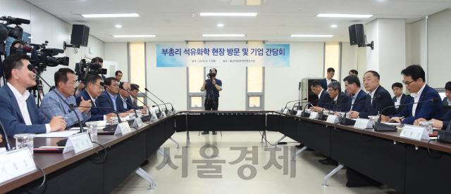 홍남기 '석유화학업계 공장 부지·용수 확보 지원에 진전'