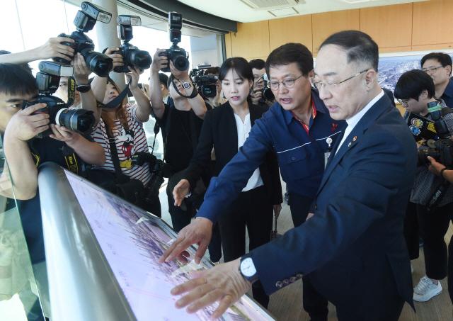 홍남기 '14.5조 석유화학 투자에 세제 지원 검토'