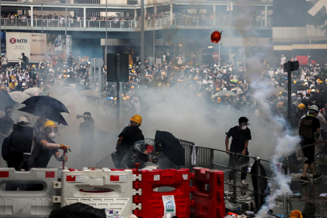 홍콩 유혈시위…英 메이 '범죄인 인도 법안 반대'