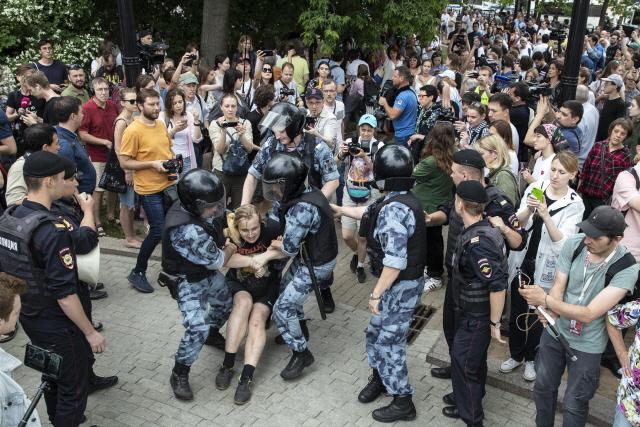 러 탐사기자 석방에도 항의 지속...500여 명 연행