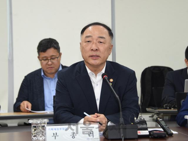 홍남기 '경제활력 제고 위해 추가 투자세제지원 검토'