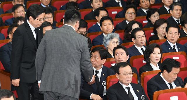 황교안 자유한국당 대표에 쏠린 따가운 시선