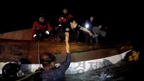 목포 해경, 뒤집힌 어선 '에어포켓'서 90분 버틴 선원 구조