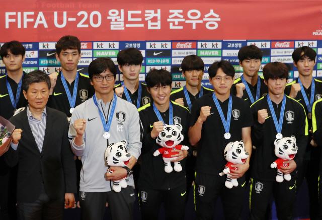 '장하다'…U-20 월드컵 준우승 '정정용호' 팬들 환호 속 '금의환향'