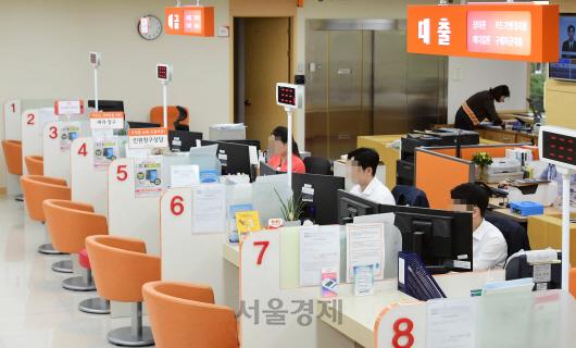 텅빈 대출 창구·소득증빙 애먹는 직원들…DSR 본격 도입에 긴장한 2금융권