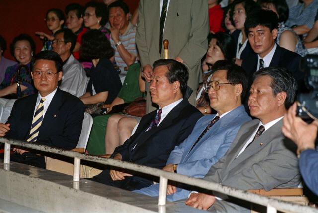 '기생충' 관람한 이낙연 총리 '봉준호가 장르란 말 이해'