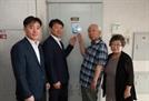 정무경 조달청장, '국가유공자 명패' 달아드리기 참여