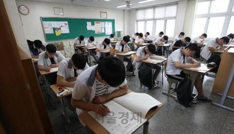 """[댓글살롱]""""일요일에 학원수업 금지"""" 서울시에 학부모·학원가 거센 반발"""