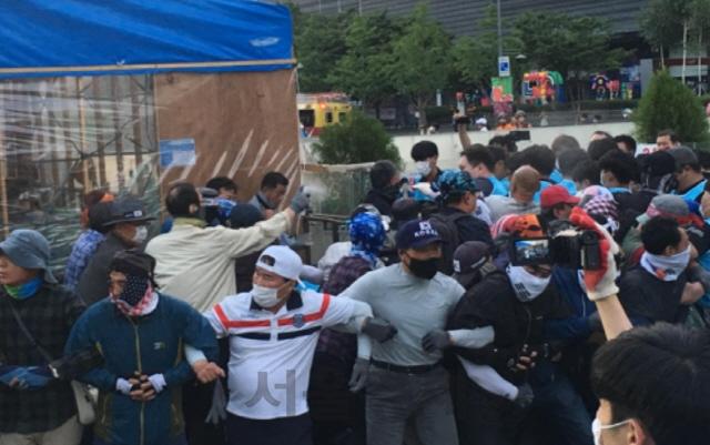 [속보]대한애국당 천막 강제철거 나선 서울시...물리적 충돌