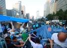 """대한애국당 천막 철거, 부탄가스·소화기 날고 """"세월호는 가만두고"""" 항의까지"""