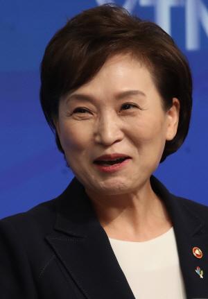 김현미 장관, 'HUG의 분양가 관리 한계...민간택지 분양가 상한제 검토'