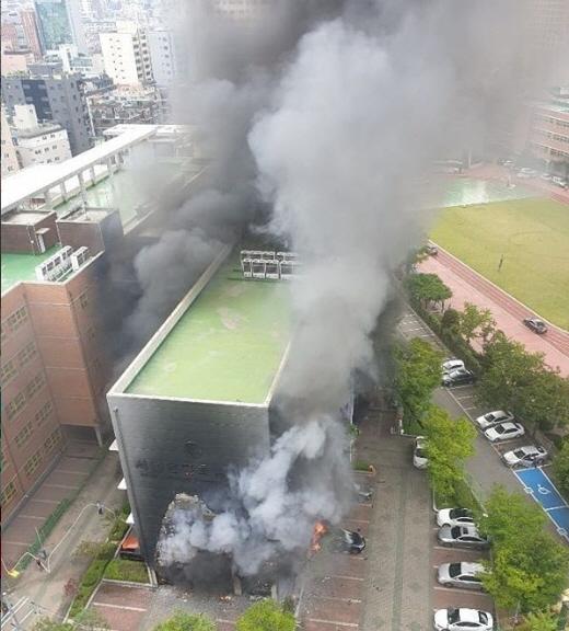 서울 은평구 은명초등학교에서 불, 차에서 발화 5층 건물로 번져