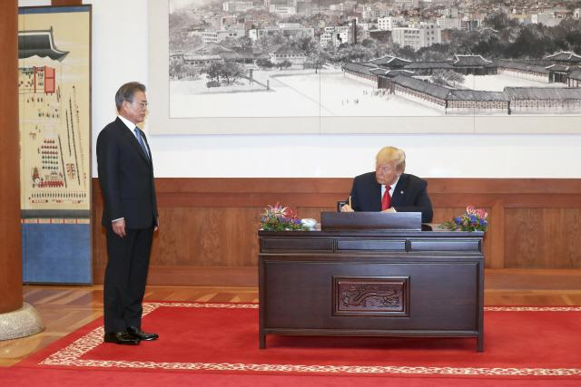트럼프 '안전경호 문제 남아...둘 다 DMZ 만남 고대'