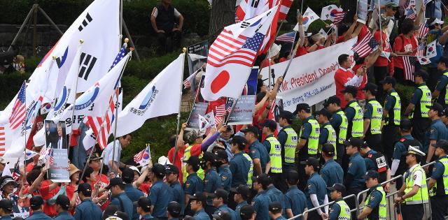트럼프 방한 환영 보수단체 집회에 등장한 '일장기'