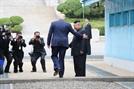 """[사진]트럼프, 북한땅 밟은 첫 美대통령…""""북미 협상 재개"""""""