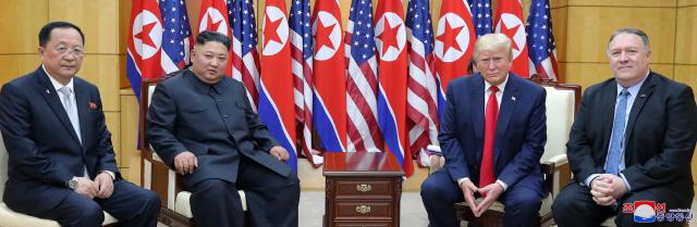 北매체, 문재인-김정은 손잡은 사진 보도…남북관계도 다시 움직이나