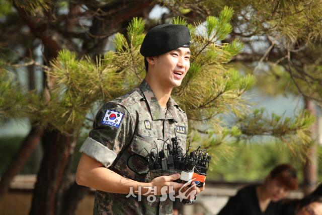 취재진에게 전역 소감 밝히는 김수현