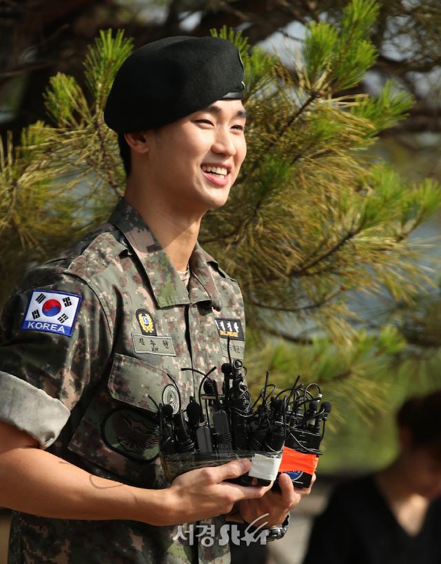 김수현, 전역날 '싱글벙글'
