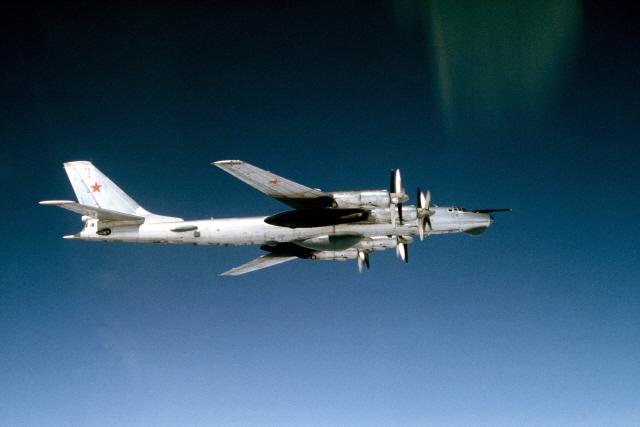 일흔 앞둔 B-52, 후배 제치고 최신무기 운용..30년 더 현역으로