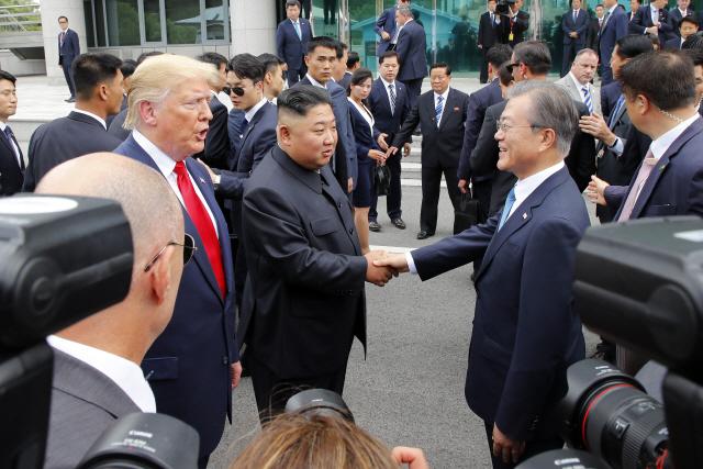 文 앞에서 트럼프 '남북경협 재개 신중해야…北 비핵화 먼저'