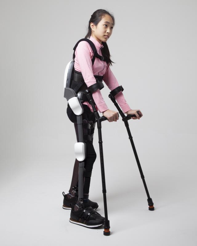 [로봇이 간다] 척추장애 소녀 일으킨 로봇슈트…'일상복처럼 입고 걷죠'