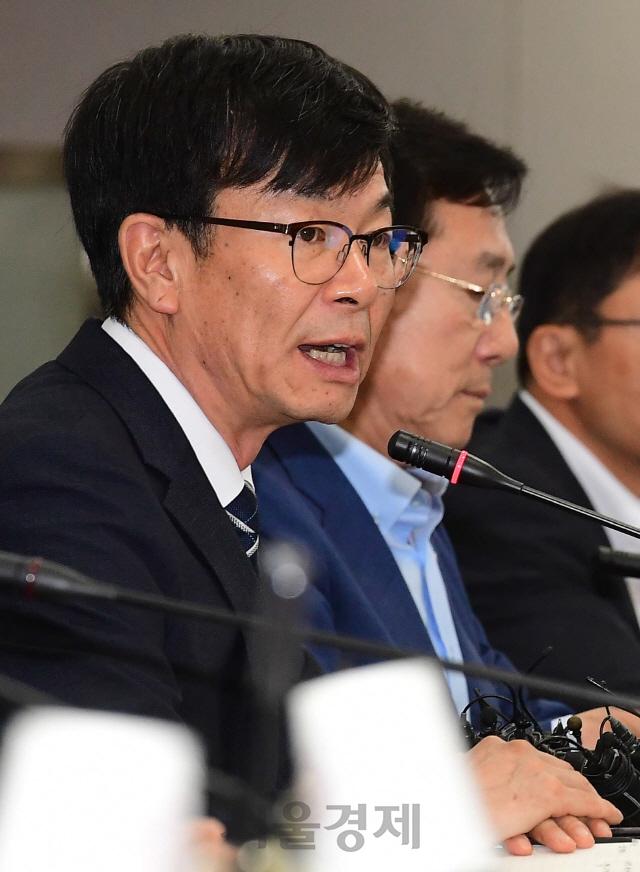 '규제 풀어 부품소재 국산화'...김상조 '화관법 개정' 의사