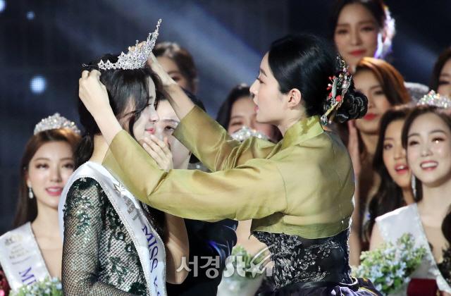 왕관 전달받는 미스코리아 진 김세연 (2019 미스코리아)