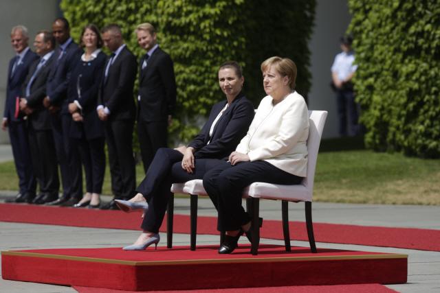 세 번째 몸 떤 메르켈, 이번엔 앉아서 공식행사 소화