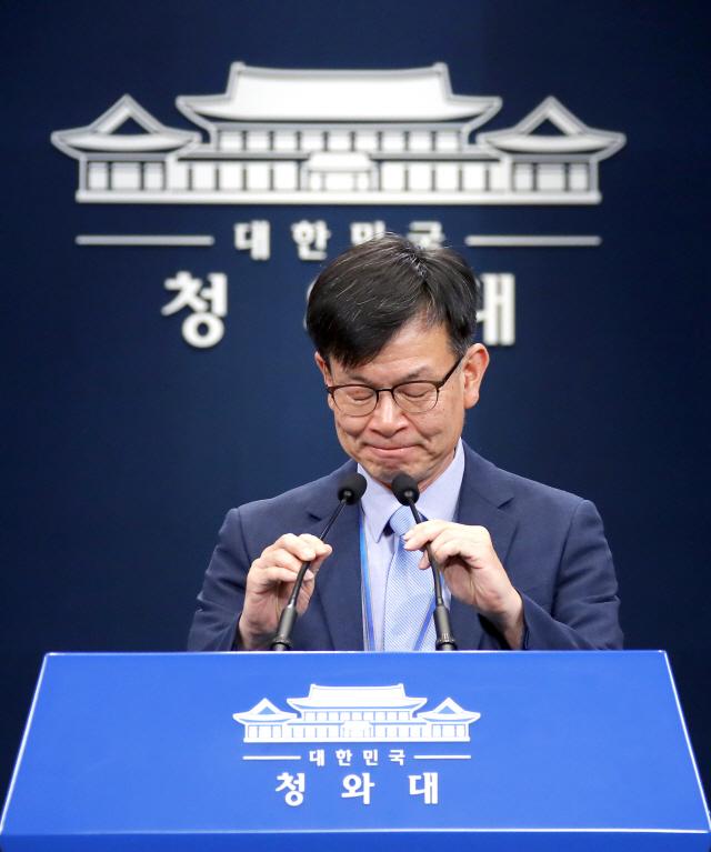 文 '최저임금 공약 못지켜 송구'…靑 '소주성 폐기 아냐'